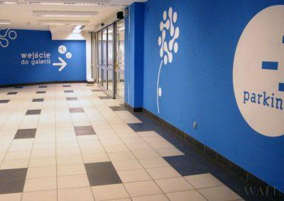 pomalowane ściany - wejście do centrum handlowego