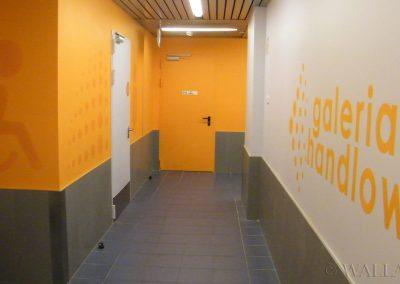 grafika w korytarzu
