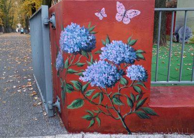 pomalowany murek - kwiaty