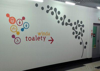 pomalowane ściany - oznakowanie do toalet
