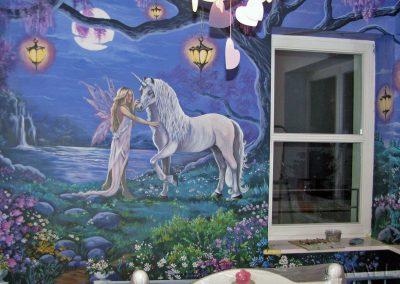 wykonane malowidło w pokoju - namalowany jednorożec fantasy