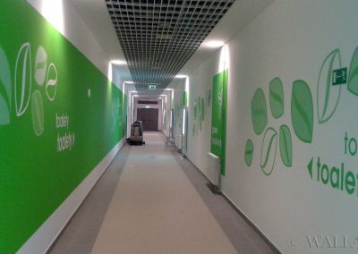 pomalowany korytarz do toalet