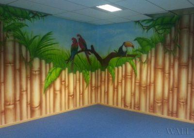 pomalowane ściany - korytarz bambusowy i papugi