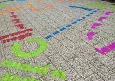 namalowana grafika chodnikowa - tor przeszkód