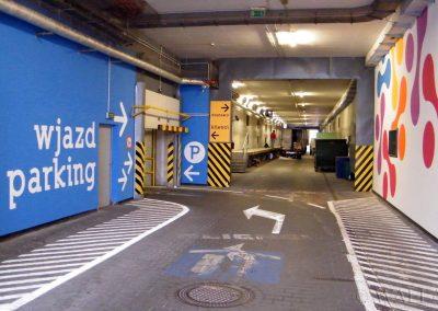 pomalowane ściany - parking wjazd